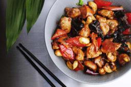 Курка Гун Бао з овочами, деревними грибами та арахісом (200г)