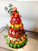 Pièce montée de fraises et de macarons