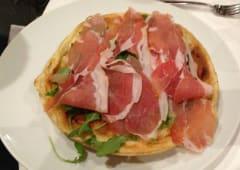 « Fûgassacö cö formaggio » con rucola e prosciutto crudo di Parma