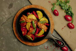 Форель с овощами на сковороде (260г)