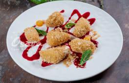 Смажений сир Камамбер з ягідним соусом (160г)