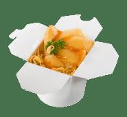 Pudełko z makaronem i chrupiącym kurczakiem