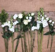 Ramo De Flor Variada En Tonos Blancos Con Verdes Pequeño