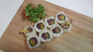 Uramaki tuńczyk, marynowana rzepa i chilli