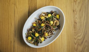 Fideuá de gambas y txipirones al wok estilo pad- thai