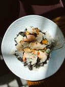 Чорна паста з креветками, кальмарами та мідіями у винному соусі