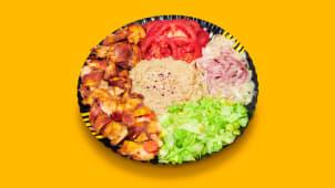 Kebab de pui cu salată de vinete la farfurie