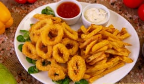 Inele de calamari pane cu cartofi prajiti