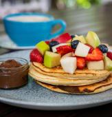 Pancakes cu fructe proaspete si nutella