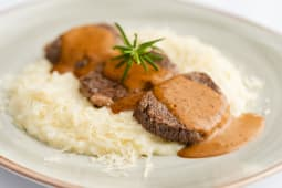 Pepper Steak sobre Risotto de Parmesano