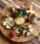Сирна палітра з ягідним соусом, медом та горіхами (230г)
