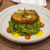 Spaguetti al pesto con milanesa