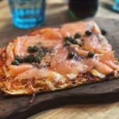 Pizzeta de salmón marinado