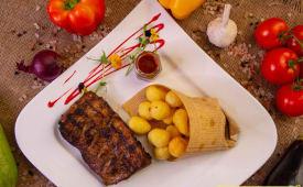 Coaste de porc cu sos BBQ cu cartofi prajiti