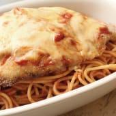 Spaguettis en salsa pomodoro con pollo a la parmesana