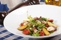 Теплий салат зі щупальцями кальмара та медовими томатами чері (120г)