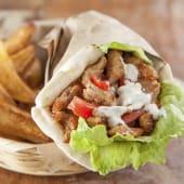 Gyro de cerdo + bebida + papas fritas o hummus
