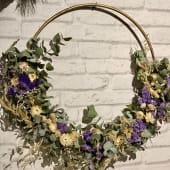 Corona decorativa de flores secas en aro