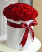 Cutie cu 23 trandafiri rosii