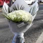 Buchet 15 trandafiri albi si verdeata, invelit cu ambalaj asortat