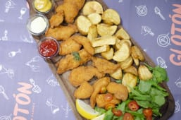 Tabla de fingers de pollo rebosados con avena + papas fritas + rúcula