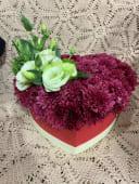 ხრიზანთემები და ეუსტომის კომპოზიცი გულის ფორმის ყუთში