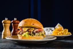 The All American Hamburger + cartofi prajiti
