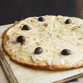 Pizza 4 quesos con azúcar negra y miel