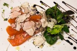 Salmone affumicato, songino, finocchi, arancia e tartufo fresco