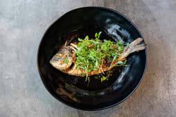Dorada frita entera Bangkok sytle con hierbas thai y chips de ajo