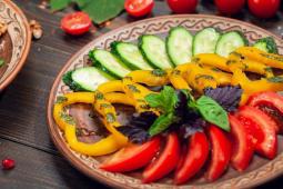 Овочеве асорті з зеленим соусом (250г)