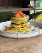 Панкейки з лососем, яйце пашот та лимонний соус (210г)