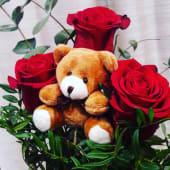 Ramo de tres rosas con oso de peluche de 12 cm