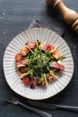 Салат з тунцем, тигровими креветками та руколою (200г)