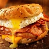Bocata de beicon con queso y huevos fritos