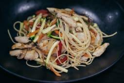 Wok piletina s povrćem i rezancima