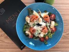 Салат із слабосолоним лососем (240г)