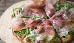 პიცა პროშუტოთი და რუკოლათი