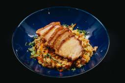 Nasi Goreng Picante com Barriga de Porco