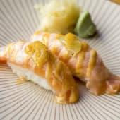 Nigiri de salmón flambeado con lima (2 uds.)