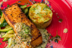 Somon file cu sos de mustar, zucchini si cartofi rosty