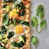 Pizza Artesanal da Terra c/molho beterraba, espinafres, ovo escalfado