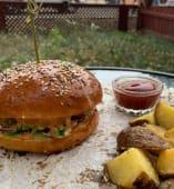 Бургер з телятиною, картоплею фрі та томатним соусом (460г)