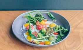Яєчня з перепелиних яєць з хрумким шпинатом та пармезаном (200г)
