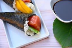 Temaki salmón y pepino (1 unidad)