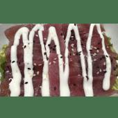 Ensalada mixta con Sashimi de atún, sesamo y salsa de mayonesa