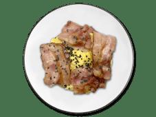 Bagel huevos revueltos y bacon