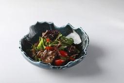 Микс-салат с овощами и грибами, обжаренной вырезкой конины под соусом