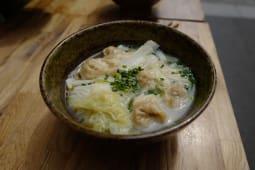 Raviolis au Porc avec Soupe Non Pimentée