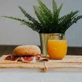 Desayuno ibérico con café y leche o zumo